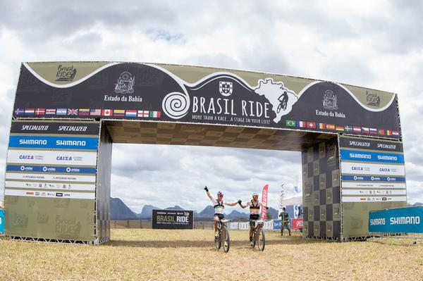Avancini e Fumic comemoram na linha de chegada (Marcelo Rypl Brasil Ride)