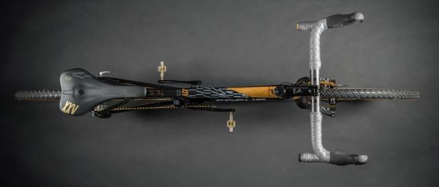 Focus celebra 25 anos com uma bicicleta MARES CX em ouro 24k (1)