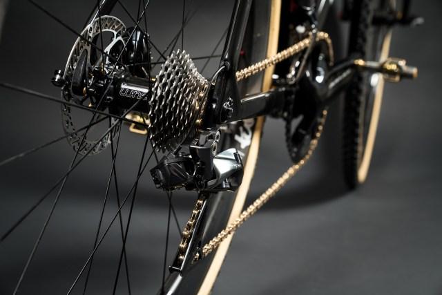 Focus celebra 25 anos com uma bicicleta MARES CX em ouro 24k (7)