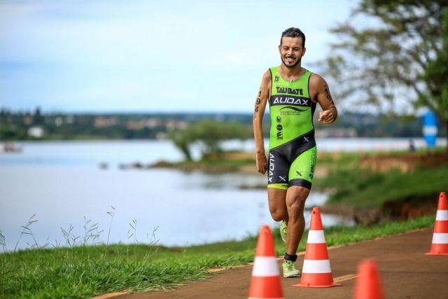 Paratleta Tiago compete no triathlon e é top 3 na 'PST4'. Foto Arquivo Pessoal.