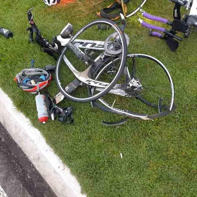 Motorista foge depois de atropelar ciclistas no Paraná 1.jpg