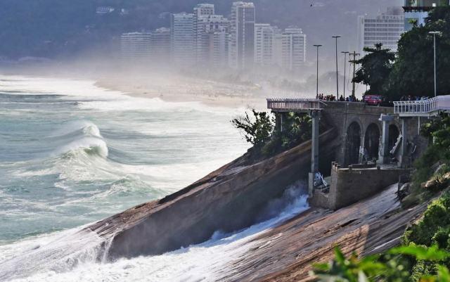 Trecho da Ciclovia Tim Maia desaba no Rio 2016.jpg