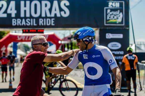 Fundador da Brasil Ride, Mario Roma parabeniza ciclista (Ney Evangelista Brasil Ride)