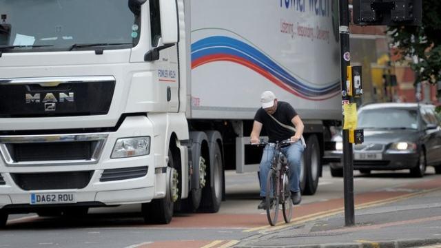 Pedalando na estrada entre caminhões (1)
