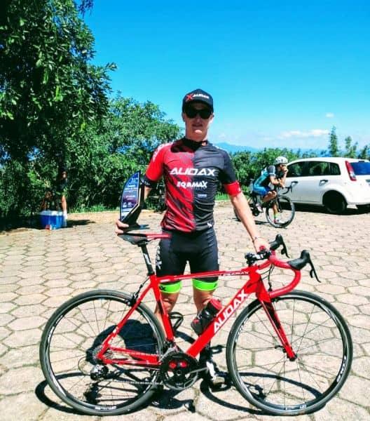 Sprotte exibindo seu trofeu no Campeonato Catarinense de Ciclismo. Foto Arquivo Pessoal.