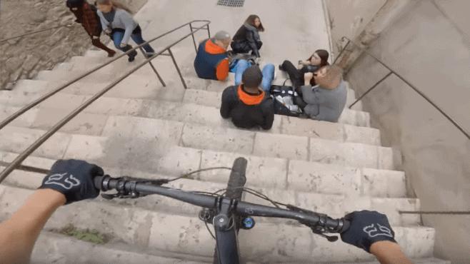 Vídeo | Ciclista de downhill urbano quase atropela grupo de estudantes e depois um ciclista