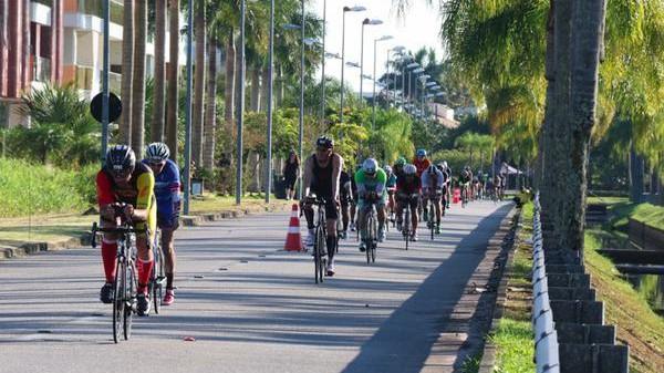 ciclistas-em-acao-no-ironman