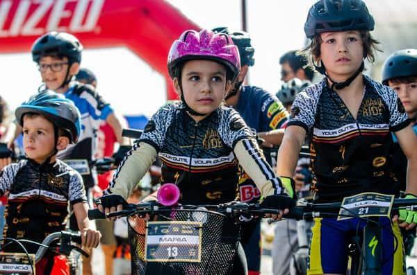 A pequena Maria, animada com suas medalhas (Ney Evangelista  Brasil Ride).jpg