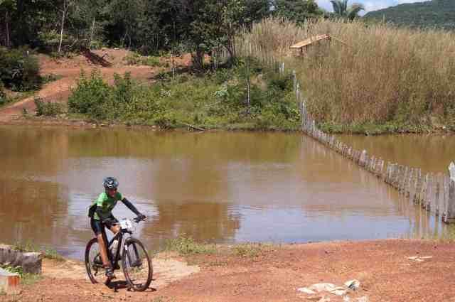 Atleta passa por açude no trecho final do Desafio das Opalas - Credito Márcia Cristina