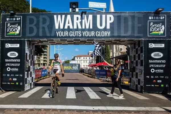 Bruno recebe a bandeirada do título (Wladimir Togumi Brasil Ride)