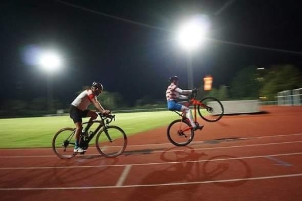 pedalando empinado