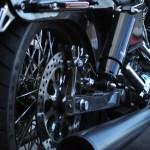 バイクのタイヤがパンクする原因と応急処置の方法とは?