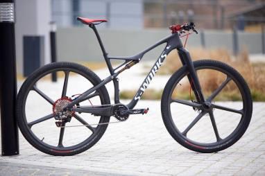 serie-bikes-notaveis-Specialized-Epic-Sworks-com-rodas-de-carbono_1