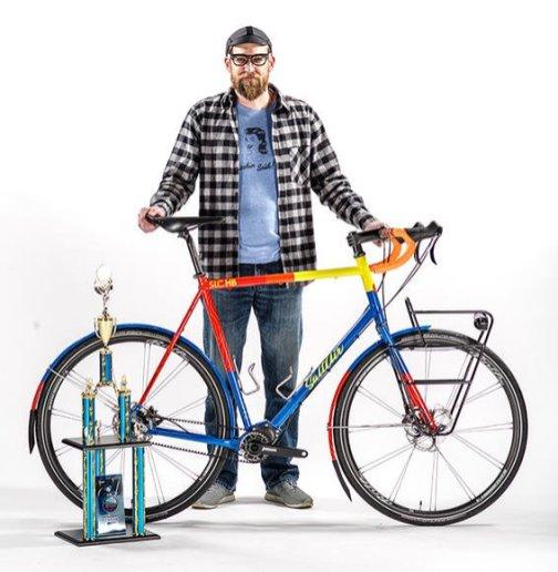 Bike urbana e utilitária, visual super alegre, preparada para todo tipo de clima e também com funcionalidades como dinamo para iluminação e pneus refletivos.