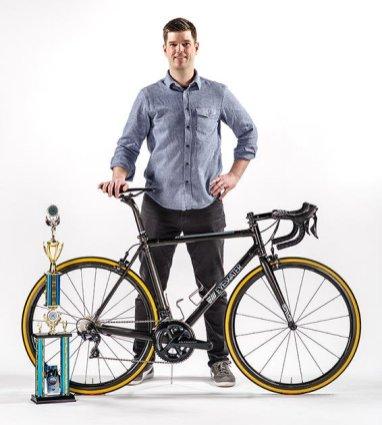 """Corey Lowe foi engenheiro da Specialized e hoje possui seu próprio estúdio chamado """"Eyewater"""" onde constroi quadros em cabono. Esse quadro usa a técnica de tube-to-tube, o resultado é uma bike com design clean e com várias customizações."""