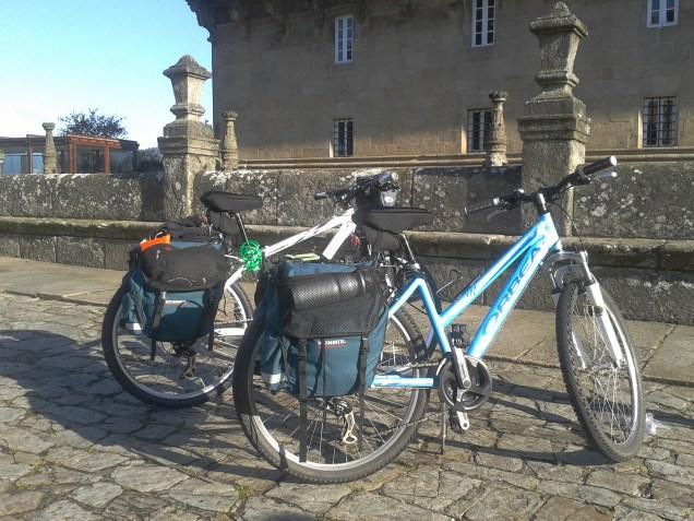bicicleta de montaña con alforjas
