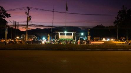 Noční ulice v Chai Prakarn