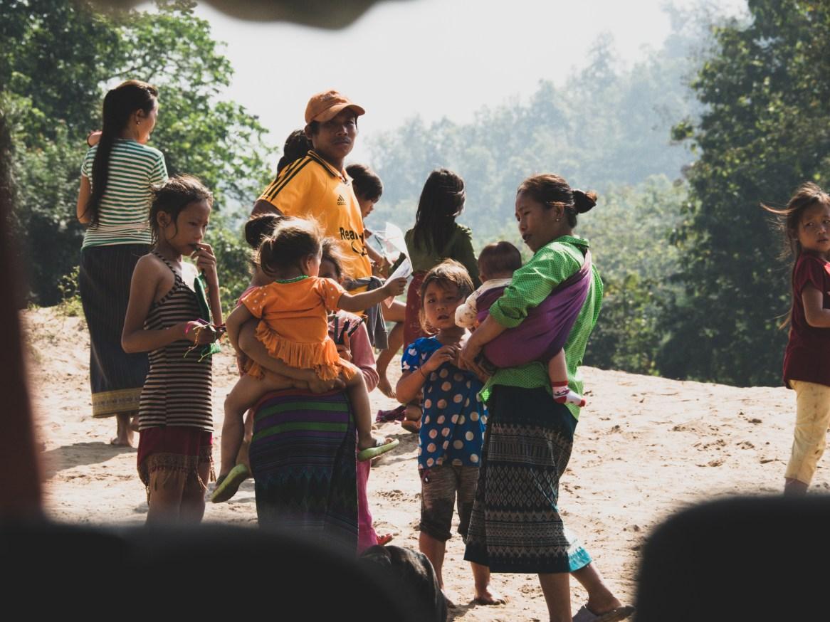 Děti prodávající na březích Mekongu vyrobené náramky