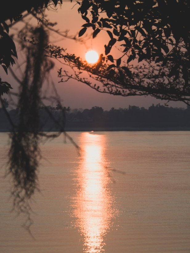 Východ slunce v Champasaku nad řekou Mekong