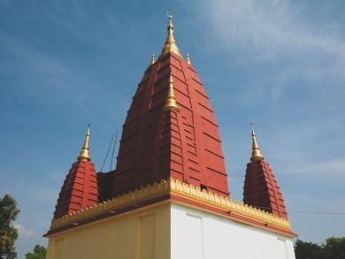 Střecha chrámu ve vesnici poblíž Yangonu