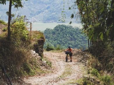 První kopec u Pokhary nám dává pořádně zabrat. Pokhara, Nepál