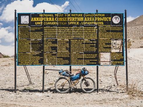 Cedule v drsném prostředí údolí Lower Mustang. Kagbeni, Nepal