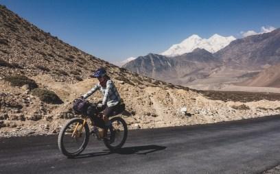 Asfalt ve 3300m nad mořem a Daulaghiri v pozadí. Kagbeni, Nepál