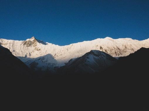 Rozbřesk nad Tilicho Basecampem. Tilicho Basecamp, Nepál