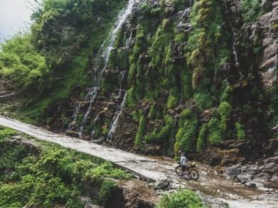 Zelený vodopád. Pisang Valley, Nepál