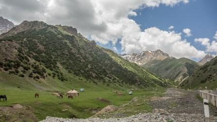 Yurty a hory. Okolí Sary-Tashe, Kyrgyzstán
