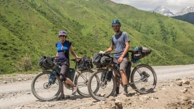 Bikepackingoví kamarádí Sophie a Nathan. Kaldamo Pass, Kyrgyzstán