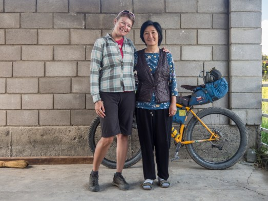 S naší milou hostitelkou. Kazarman, Kyrgyzstán