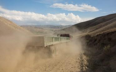 Prach a náklaďák. Kok-Djar, Kyrgyzstán