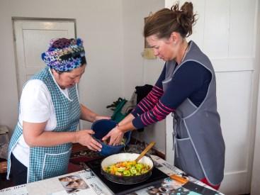 Hodina vaření Langmanu: Jak krájet zeleninu. Naryn, Kyrgyzstán