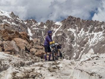 Opravdový vrchol sedla Tosor. Tosor Pass, 3895m n. m., Kyrgyzstán