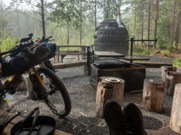 Bouřková pauza u laavu se saunou. Mäntyharju-Repovesi mtb trail, Finland
