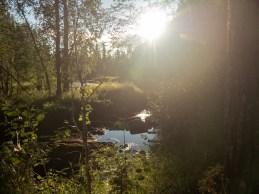 Západ slunce u řeky. Okres Tornio, Finsko