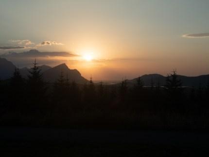Západ slunce nad Leknes. Leknes, Norsko