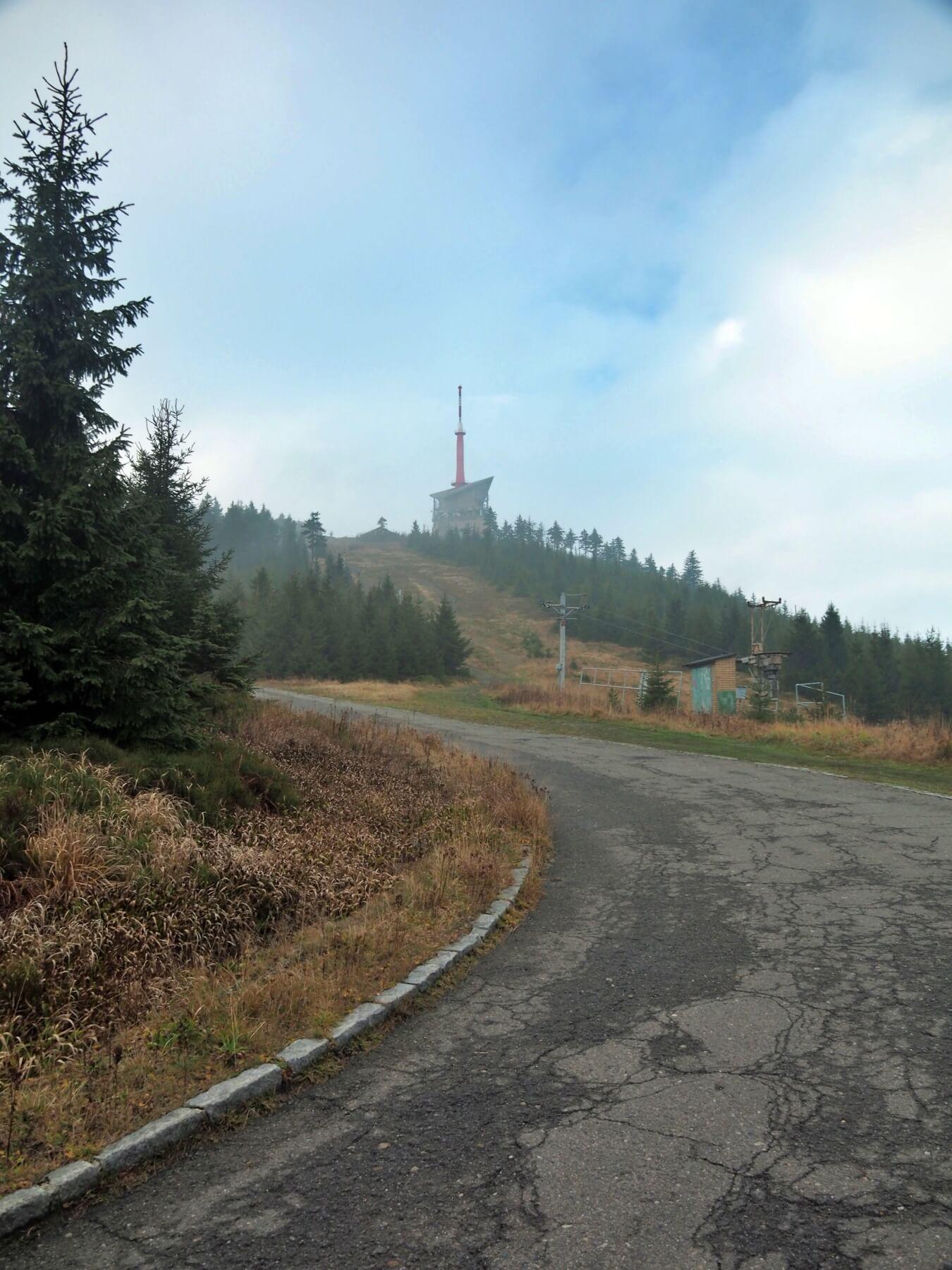 Poslední velké stoupání a výrazný vrchol naší cesty. Lysá hora (1 323 m n. m.). Nejvyšší vrchol Moravskoslezkých Beskyd, našeho rodného kraje.
