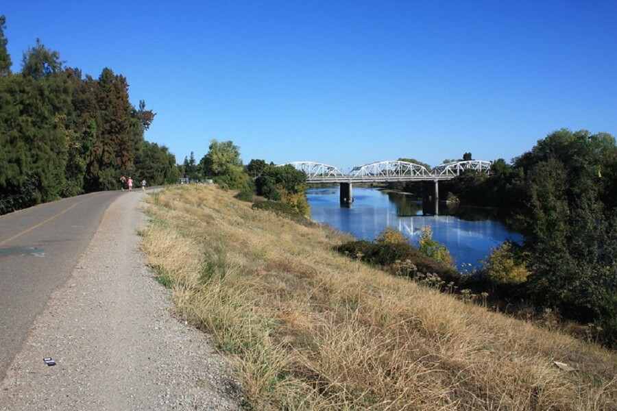 Jedediah Smith Memorial Loop along the American River in Sacramento on a sunny day - Flickr image