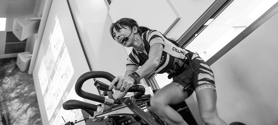 female instructor doing spinning class