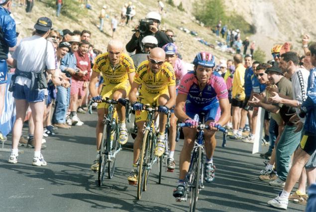 https://i0.wp.com/bikeraceinfo.com/images-all/giro-images/history/2000-Simoni-Pantani-Garzell.jpg