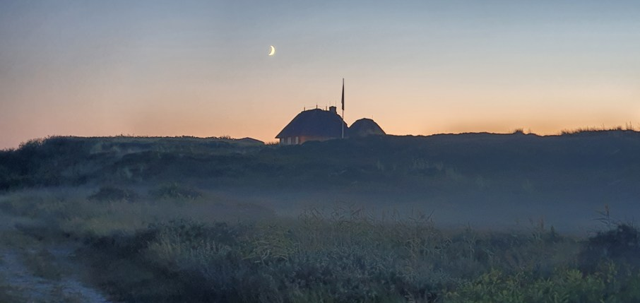 Haus auf Deich mit Mond