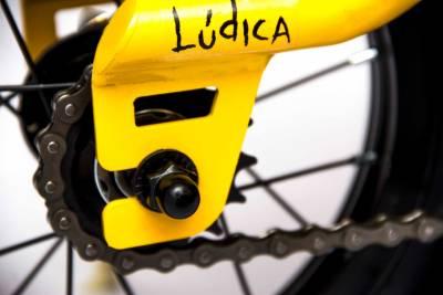 Detalle de la bicicleta de aprendizaje 'Ludica' color amarillo solar