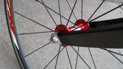Locking skewer bicycle wheel