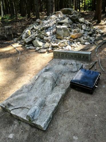 Memorial statue (?)