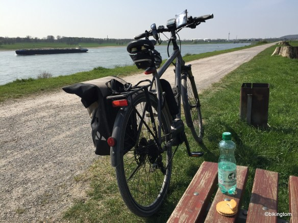 Verdiente Pause am Rhein.