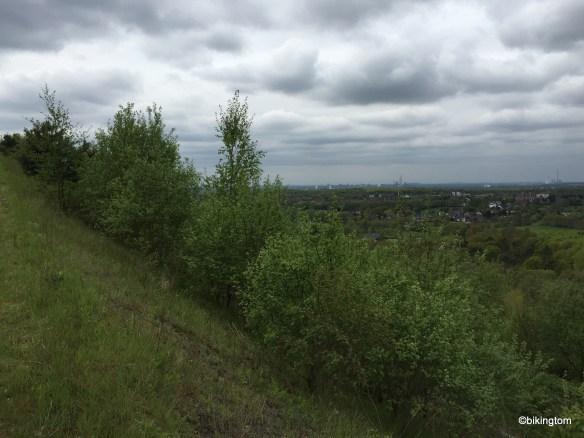 Blick Richtung Duisburg mit dem Alsumer Berg im Hintergrund