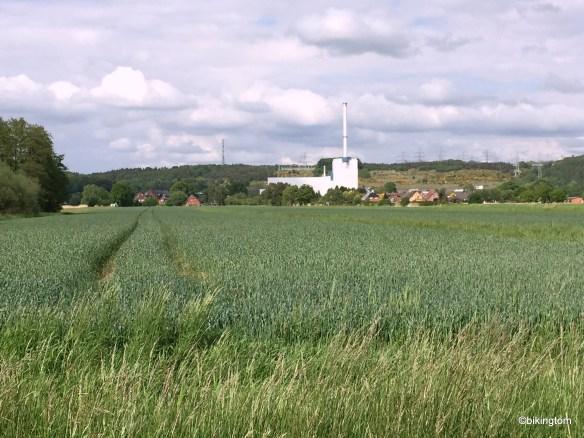 Das Kernkraftwerk Krümmel und die Wohngebiete auf der anderen Seite der Elbe, gelegen in der schönen Elbmarsch.