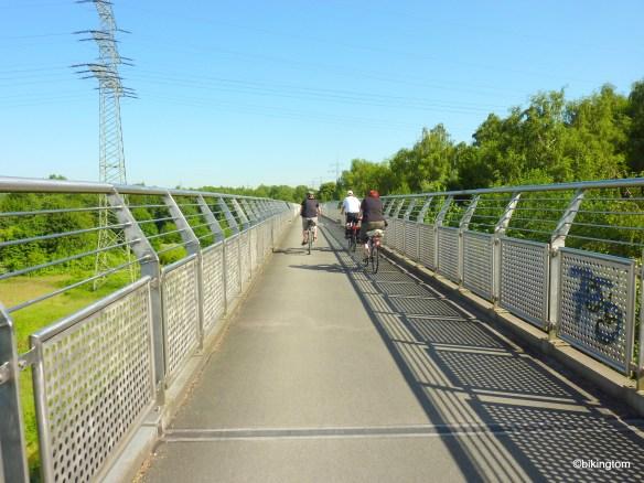 Auf der Erzbahn-Trasse durch's oder hier besser über's Grün!